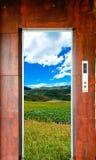 De deur en het landschap van de lift royalty-vrije stock foto