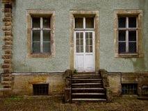 De deur op de oude portiek Royalty-vrije Stock Foto's