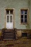 De deur op de oude portiek Royalty-vrije Stock Afbeeldingen