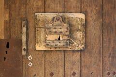 De deur van één van de cellen in Fontevraud-abdij, Frankrijk, wordt gemaakt van hout Stock Foto