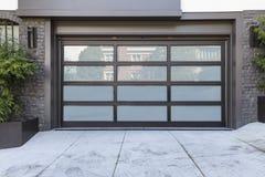de deur van de 2 autogarage met berijpt glas stock fotografie