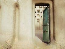 De deur van de ingang aan een moddermoskee in een dorp Dogon Royalty-vrije Stock Foto's
