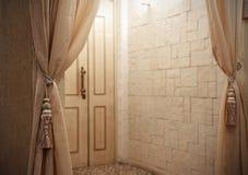 De deur van de ingang in een ruimte Stock Afbeeldingen