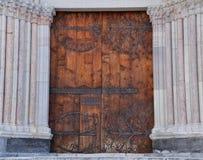 De deur van de kathedraal die door kolommen wordt geflankeerd Royalty-vrije Stock Fotografie