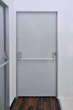 De deur van de nooduitgang Stock Foto's