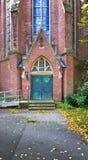 De deur van een Katholieke kerk stock foto