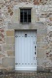 De deur van een steenhuis in Saché, Frankrijk, werd geschilderd in wit Stock Afbeelding