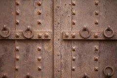De deur van het detailijzer met smeedt spijkers royalty-vrije stock foto