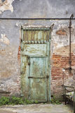 De deur van het Grungemetaal, gebarsten bakstenen muur Stock Foto's