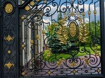 De deur van het luxeijzer van een poort Stock Afbeeldingen