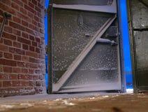 De deur van het metaal en bakstenen muur Royalty-vrije Stock Afbeeldingen