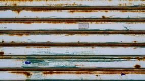 De deur van het metaalblind Grykleur met roest die van vochtigheid lopen te stock afbeelding