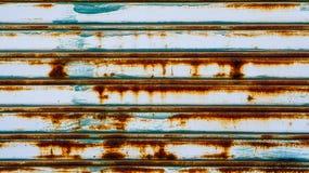 De deur van het metaalblind Grykleur met roest die van vochtigheid lopen te royalty-vrije stock afbeeldingen