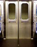 De deuren van de de Stadsmetro van New York van binnenuit een auto Royalty-vrije Stock Afbeeldingen