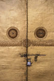 De deuren van een boeddhistische tempel in Wangdue Phodrang, Bhutan, waren padlocked Stock Foto