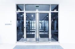 De deuren van het glas in een bureau Stock Foto's