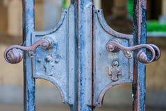 - De deurhandvatten op het muur grijze ijzer Stock Afbeeldingen