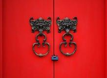 De deurkloppers van de knuppel op rode deur Royalty-vrije Stock Afbeeldingen