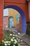De deuropening en cobbled weg - Portmerion-Dorp in Wales stock afbeeldingen