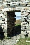 De deuropening en de lateibalk van Viking Church in Hvalsey in Groenland stock foto