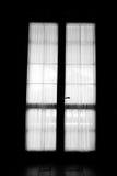 De deurvenster van het zonlicht in donkere ruimte royalty-vrije stock fotografie