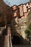 28 de dezembro de 2013 Albarracin, Teruel, Aragon, Espanha Casa de campo medieval Albarracin com seus casas e Tunel de suspens?o  imagem de stock royalty free