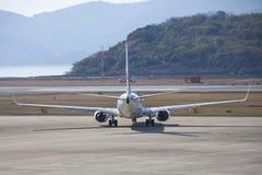 19 de dezembro de 2015 aeroporto Nagasaki japão Aviões do JAL no aeroporto de Imagens de Stock Royalty Free
