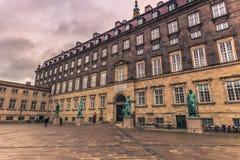 5 de dezembro de 2016: As estátuas no quadrado de Bertel Thorvaldsens lidam dentro Fotografia de Stock