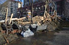 26 de dezembro de 2013 Kiev, Ucrânia: Euromaidan, Maydan, detailes de Maidan das barricadas e das barracas na rua de Khreshchatik Imagens de Stock
