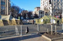 26 de dezembro de 2013 Kiev, Ucrânia: Euromaidan, Maydan, detailes de Maidan das barricadas e das barracas na rua de Khreshchatik Imagem de Stock