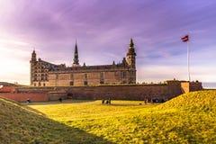 3 de dezembro de 2016: O castelo de Kronborg e da bandeira dinamarquesa, Foto de Stock