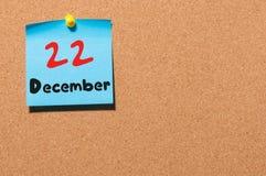22 de dezembro Dia 22 do mês, calendário no quadro de mensagens da cortiça Tempo de inverno Espaço vazio para o texto Foto de Stock