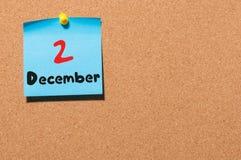 2 de dezembro Dia 2 do mês Calendário no quadro de mensagens Tempo de inverno Espaço vazio para o texto Imagens de Stock