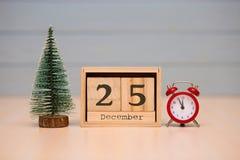25 de dezembro Eve Christmas Dia 25 do mês, calendário no fundo azul Conceito do ano novo fotos de stock royalty free