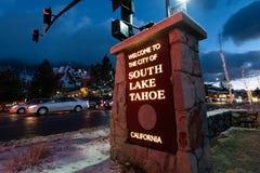 25 de dezembro de 2018 Lake Tahoe sul/CA/EUA - sinal afixado na entrada a Lake Tahoe sul; a rua principal decorada para imagem de stock royalty free