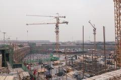 18 de dezembro de 2014 Pequim Atividade de trabalho em um canteiro de obras na cidade com guindastes e trabalhadores fotos de stock royalty free