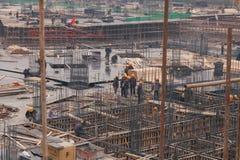 18 de dezembro de 2014 Pequim Atividade de trabalho em um canteiro de obras na cidade com guindastes e trabalhadores imagem de stock royalty free