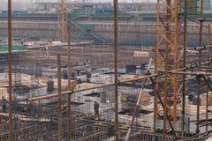 18 de dezembro de 2014 Pequim Atividade de trabalho em um canteiro de obras na cidade com guindastes e trabalhadores fotografia de stock royalty free