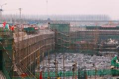 18 de dezembro de 2014 Pequim Atividade de trabalho em um canteiro de obras na cidade com guindastes e trabalhadores imagem de stock