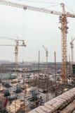 18 de dezembro de 2014 Pequim Atividade de trabalho em um canteiro de obras na cidade com guindastes e trabalhadores imagens de stock