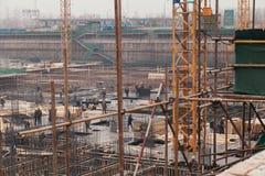 18 de dezembro de 2014 Pequim Atividade de trabalho em um canteiro de obras na cidade com guindastes e trabalhadores fotografia de stock
