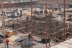 18 de dezembro de 2014 Pequim Atividade de trabalho em um canteiro de obras na cidade com guindastes e trabalhadores fotos de stock