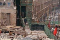 18 de dezembro de 2014 Pequim Atividade de trabalho em um canteiro de obras na cidade com guindastes e trabalhadores imagens de stock royalty free