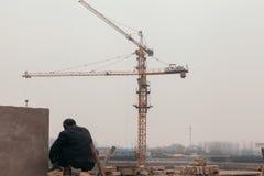 18 de dezembro de 2014 Pequim homens em um canteiro de obras na cidade com guindastes e trabalhadores fotos de stock royalty free
