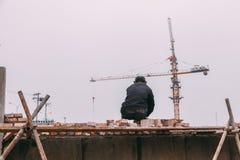 18 de dezembro de 2014 Pequim homens em um canteiro de obras na cidade com guindastes, tijolos takeing imagens de stock