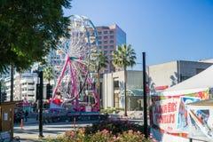 6 de dezembro de 2017 San Jose/CA/EUA - roda de Ferris no Natal na exposição do centro do parque na plaza de Cesar Chavez, Silico fotos de stock