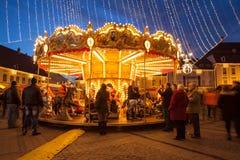 24 de dezembro de 2014 SIBIU, ROMÊNIA Luzes de Natal, Natal justo, humor e passeio dos povos Imagens de Stock