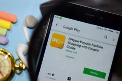 De dhgate-populaire Manier die met Coupon winkelen codeert dev app met het overdrijven op Smartphone-het scherm royalty-vrije stock foto