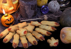 De Dia das Bruxas a vida ainda com cookies, vela e mágica do dedo objeta Fotos de Stock Royalty Free