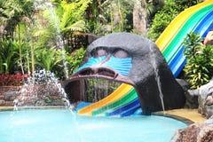 De dia's van het waterpark. kleurrijke glijbaan Royalty-vrije Stock Afbeeldingen
